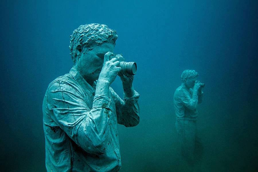 1 photographer underwater sculptures