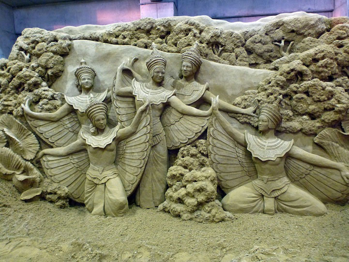 7 dancing sand sculptures
